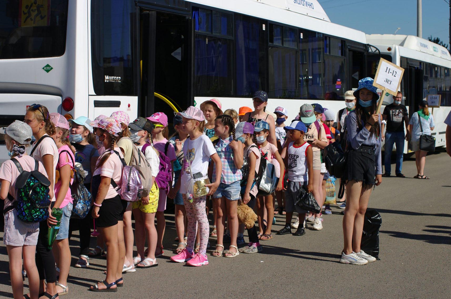 В добрый путь! 400 ребят из Магнитки отправились отдыхать в загородный лагерь